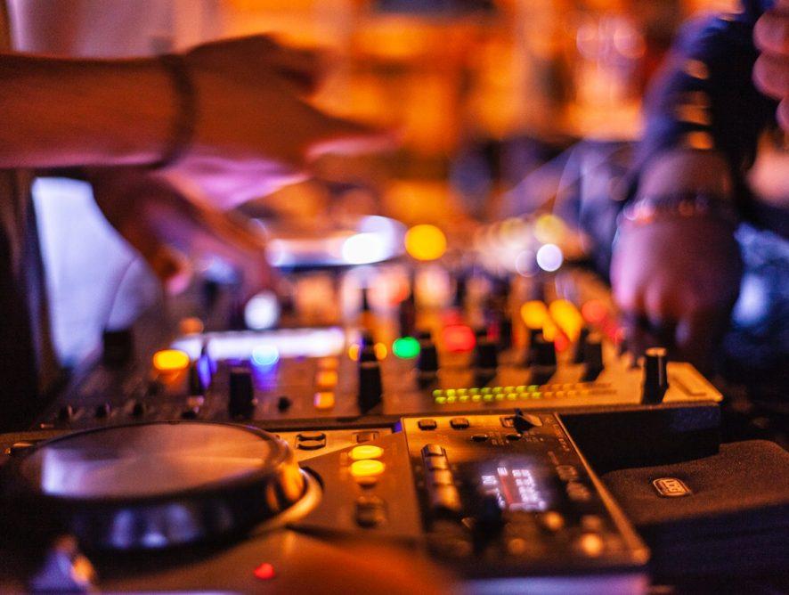 Lej en dj til din fest, hvis du er træt af dårlige playlister