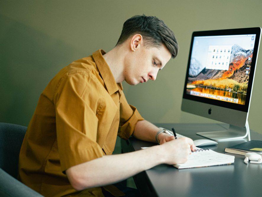 Indret hjemmekontor og spar penge under studiet